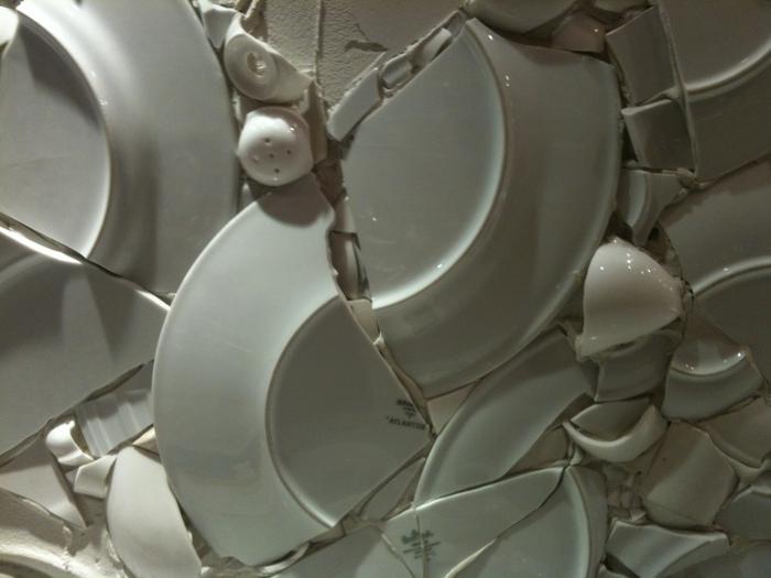 разбитая посуда дома примета